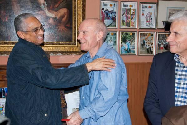 L'Ambasciatore eritreo Pietros Fessehazion abbraccia Antioco Lusci, sullo sfondo l'ing. Tonino Palma